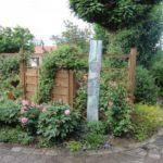 Die Gartenbesitzer mit dem grünen Daumen Gisela und Gerald Morgenstern freuen sich sichtlich über die vielen Komplimente inmitten ihrer grünen Oase mit der üppigen Blütenpracht.