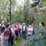 Neugierig lauschen die Speinsharter den Ausführungen von Anja Putzer (rechts) zu Heilwirkung und Nährwert der Wildkräuter.